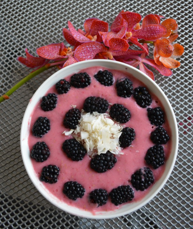 raw smoothie bowl